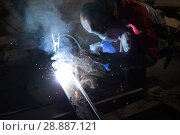 Welder in a protective suit and mask at work. Стоковое фото, фотограф Евгений Ткачёв / Фотобанк Лори