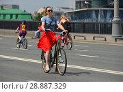 Велосипедисты едут по дороге. Крымский мост. Район Якиманка. Город Москва (2016 год). Редакционное фото, фотограф lana1501 / Фотобанк Лори