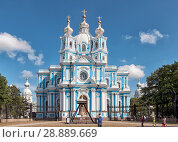 Купить «Туристы возле Смольного собора. Санкт-Петербург», фото № 28889669, снято 4 августа 2018 г. (c) Румянцева Наталия / Фотобанк Лори