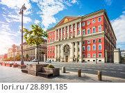 Здание Правительства Москвы Red building of the Moscow Government (2018 год). Стоковое фото, фотограф Baturina Yuliya / Фотобанк Лори