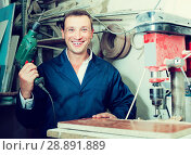 Купить «portrait of man in uniform working with electrical screwdriver o», фото № 28891889, снято 19 января 2019 г. (c) Яков Филимонов / Фотобанк Лори