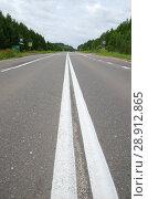 Купить «Асфальтированная дорога с двойной сплошной линией», фото № 28912865, снято 25 июля 2018 г. (c) Елена Коромыслова / Фотобанк Лори