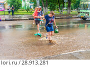 Купить «Russia, Samara, June 2018: A pedestrian crosses the road through deep water after a heavy rainfall.», фото № 28913281, снято 21 июля 2018 г. (c) Акиньшин Владимир / Фотобанк Лори