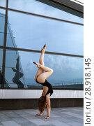 Купить «A beautiful girl dancing in the city», фото № 28918145, снято 7 июня 2018 г. (c) Restyler Viacheslav / Фотобанк Лори