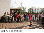 Купить «Соревнование по метанию мобильников среди девушек», фото № 28935881, снято 1 мая 2018 г. (c) Марина Шатерова / Фотобанк Лори