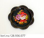 Купить «Zhostovo painting, old Russian folk handicraft of painting on metal trays.Tray with flowers and berries of mountain ash. Русские народные промыслы и ремесла», фото № 28936077, снято 11 августа 2018 г. (c) Валерия Попова / Фотобанк Лори