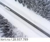Купить «Грузовой автомобиль на заснеженной дороге во время метели, вид свверху», фото № 28937789, снято 10 января 2018 г. (c) Кекяляйнен Андрей / Фотобанк Лори