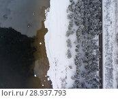 Купить «Автомобильная дорога вдоль морского побережья в зимнее время года, вид с верху», фото № 28937793, снято 21 января 2018 г. (c) Кекяляйнен Андрей / Фотобанк Лори