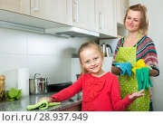 Купить «Little girl and mom tidy up at kitchen», фото № 28937949, снято 14 августа 2018 г. (c) Яков Филимонов / Фотобанк Лори
