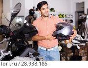 Купить «man who is choosing modern helmet for motorbike in the store.», фото № 28938185, снято 1 сентября 2017 г. (c) Яков Филимонов / Фотобанк Лори