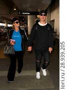 Купить «Paris Hilton with her new boyfriend Chris Zylka at Los Angeles International Airport (LAX) Featuring: Paris Hilton, Chris Zylka Where: Los Angeles, California...», фото № 28939205, снято 28 марта 2017 г. (c) age Fotostock / Фотобанк Лори