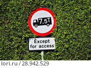 Купить «Weight restriction sign on a narrow country road in Kent, England, UK.», фото № 28942529, снято 2 июня 2018 г. (c) age Fotostock / Фотобанк Лори