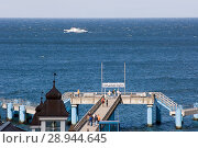 Sellin, Germany, Visitors at the pier on the maritime bridge Sellin (2007 год). Редакционное фото, агентство Caro Photoagency / Фотобанк Лори