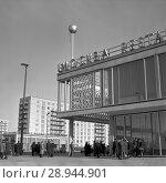 Купить «Berlin, DDR, the Cafe Moskau in the Karl-Marx-Allee», фото № 28944901, снято 10 января 1964 г. (c) Caro Photoagency / Фотобанк Лори