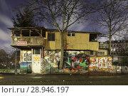 Berlin, Germany, tree house on the wall at Bethaniendamm in Berlin-Kreuzberg (2015 год). Редакционное фото, агентство Caro Photoagency / Фотобанк Лори