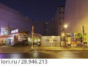 Купить «Berlin, Germany, Takeaway Tom's Fries on undeveloped corner lot in the Oranienburger Strasse corner Auguststrasse in Berlin-Mitte», фото № 28946213, снято 13 декабря 2015 г. (c) Caro Photoagency / Фотобанк Лори