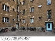 Купить «Berlin, Germany, Unsanierte housing development in the Grellstrasse in Berlin-Prenzlauer Berg», фото № 28946457, снято 6 апреля 2016 г. (c) Caro Photoagency / Фотобанк Лори