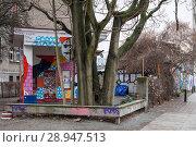 Berlin, Germany, Former gas station in Templiner Strasse corner Schwedter Strasse in Prenzlauer Berg (2017 год). Редакционное фото, агентство Caro Photoagency / Фотобанк Лори