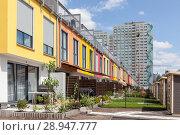 Berlin, Germany, Newly built row houses and Pattenbau on the street Alt-Friedrichsfelde in Berlin-Friedrichsfelde (2017 год). Редакционное фото, агентство Caro Photoagency / Фотобанк Лори