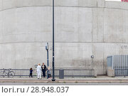 Купить «Rotterdam, Netherlands, passengers are waiting at a bus stop in front of a concrete wall», фото № 28948037, снято 23 июля 2017 г. (c) Caro Photoagency / Фотобанк Лори