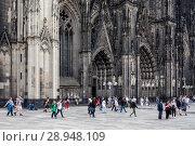 Купить «Koeln, Germany, passers-by at Cologne Cathedral», фото № 28948109, снято 1 августа 2017 г. (c) Caro Photoagency / Фотобанк Лори
