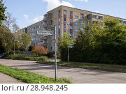 Купить «Berlin, Germany, Unsanierter Plattenbau in the Doebelner road corner Waldheimer Strasse in Berlin-Hellersdorf», фото № 28948245, снято 8 октября 2017 г. (c) Caro Photoagency / Фотобанк Лори