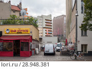 Berlin, Germany, snack bar and residential building on Reichenberger Strasse in Berlin-Kreuzberg, near Kottbusser Tor (2017 год). Редакционное фото, агентство Caro Photoagency / Фотобанк Лори