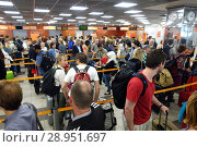 Berlin, Germany, Airline passengers arrive at the check-in of easyJet at the airport Berlin-Schoenefeld (2017 год). Редакционное фото, агентство Caro Photoagency / Фотобанк Лори