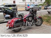 "Мотоцикл ""Кавасаки Вулкан 1500 классик турист"" с Российским флагом на тротуаре в городе Евпатории, Крым (2018 год). Редакционное фото, фотограф Николай Мухорин / Фотобанк Лори"