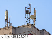 Купить «Антенны базовой станции оператора сотовой связи на крыше здания», фото № 28955049, снято 14 августа 2018 г. (c) Алексей Букреев / Фотобанк Лори