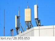 Купить «Антенны базовой станции оператора сотовой связи на крыше здания», фото № 28955053, снято 14 августа 2018 г. (c) Алексей Букреев / Фотобанк Лори