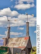 Купить «Самодельные ветрогенераторы на крыше сарая», фото № 28955057, снято 20 марта 2019 г. (c) Александр Гаценко / Фотобанк Лори