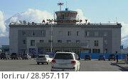 Купить «Летний вид на аэровокзал аэропорта Петропавловск-Камчатский (аэропорт Елизово)», видеоролик № 28957117, снято 6 августа 2018 г. (c) А. А. Пирагис / Фотобанк Лори