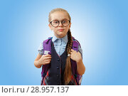 Купить «Школьница с ранцем на голубом фоне», фото № 28957137, снято 7 июля 2018 г. (c) Иван Карпов / Фотобанк Лори