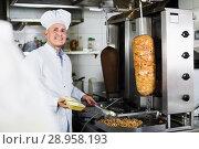 Купить «Mature man chef wearing uniform preparing kebab», фото № 28958193, снято 15 октября 2018 г. (c) Яков Филимонов / Фотобанк Лори