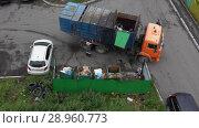 Купить «Мусоровоз с боковой загрузкой выгружает твердые бытовые отходы из стандартных контейнеров в кузов», видеоролик № 28960773, снято 16 августа 2018 г. (c) А. А. Пирагис / Фотобанк Лори