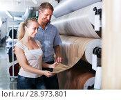 customers choosing linoleum in household section. Стоковое фото, фотограф Яков Филимонов / Фотобанк Лори