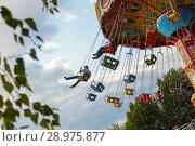 Chain roundabout in the city park. Cheboksary, Russia, 08/19/2018. Редакционное фото, фотограф Александр Якимов / Фотобанк Лори