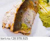 Купить «Grilled fillets of trout with tartar sauce», фото № 28978925, снято 22 октября 2018 г. (c) Яков Филимонов / Фотобанк Лори