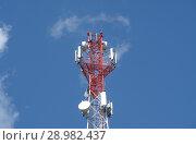 Купить «Антенна сотовой связи на фоне синего неба», фото № 28982437, снято 6 августа 2018 г. (c) Сапрыгин Сергей / Фотобанк Лори
