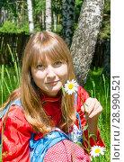 Купить «Girl Slavic with chamomile outdoor», фото № 28990521, снято 8 декабря 2018 г. (c) Светлана Кузнецова / Фотобанк Лори