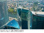 Купить «Вид сверху на крыши небоскребов ММДЦ «Москва-Сити». Панорама города в солнечный летний день», фото № 28993601, снято 27 августа 2018 г. (c) E. O. / Фотобанк Лори