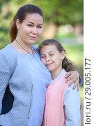 Купить «Дочка прижимается к матери, прикрыв глаза, портрет», фото № 29005177, снято 1 июня 2018 г. (c) Кекяляйнен Андрей / Фотобанк Лори