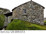 Купить «Cabin over a big rock in Monsanto, Castelo Branco, Portugal.», фото № 29009613, снято 10 марта 2018 г. (c) age Fotostock / Фотобанк Лори