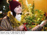 Купить «Teenage girl shopping at festive fair before Xmas», фото № 29021577, снято 12 декабря 2016 г. (c) Яков Филимонов / Фотобанк Лори