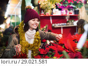 Купить «Girl buying floral compositions at Christmas market», фото № 29021581, снято 12 декабря 2016 г. (c) Яков Филимонов / Фотобанк Лори