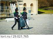 Купить «Улыбающиеся девушки-гвардейцы выносят мусор в мешках из крепости Акерсхус. Осло, Норвегия», эксклюзивное фото № 29021765, снято 2 июня 2020 г. (c) Сергей Цепек / Фотобанк Лори