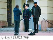 Купить «Два афроамериканца фотографируются на фоне гвардейца, стоящего в карауле. Королевский дворец в Осло, Норвегия», эксклюзивное фото № 29021769, снято 24 февраля 2019 г. (c) Сергей Цепек / Фотобанк Лори