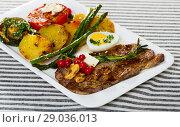 Купить «Fried beef loin with red currant», фото № 29036013, снято 27 июня 2018 г. (c) Яков Филимонов / Фотобанк Лори