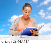 Купить «african american student girl reading textbook», фото № 29043417, снято 1 августа 2013 г. (c) Syda Productions / Фотобанк Лори
